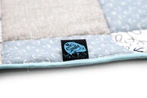 Mrs. Spratly Logo auf Babydecke Anker im Erstlingsset